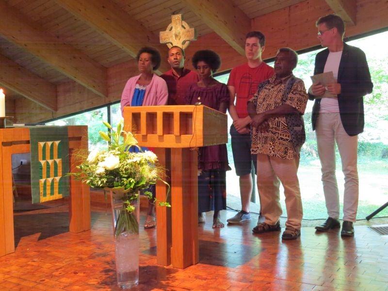 Besucher aus Papua Neuguinea singen ein Abschiedslied