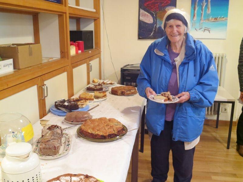eine treues Gemeindemitglied am Kuchenbuffet
