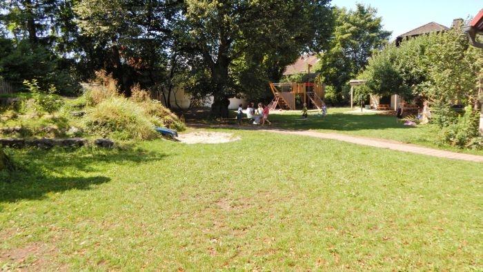 großer Garten hinter dem Haus