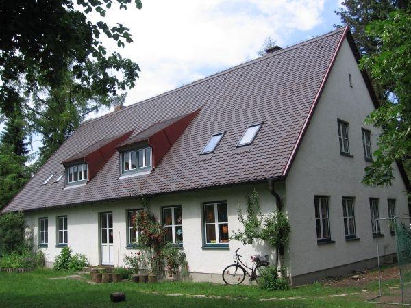 Gebäude vom Garten aus gesehen